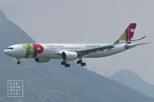 "Foto: ""File:F-WWKM TAP - Air Portugal Airbus A330NEO demonstration flight in Hong Kong.jpeg"" by km30192002 is licensed under CC BY 2.0"